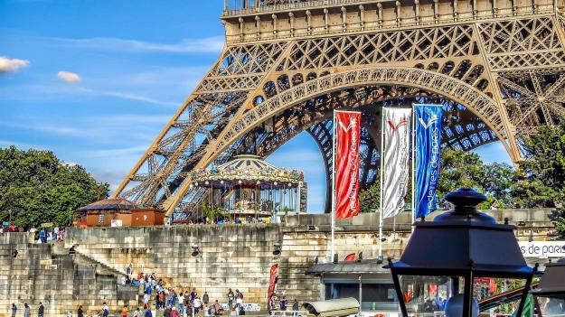 Eiffel w Flags CU.jpg